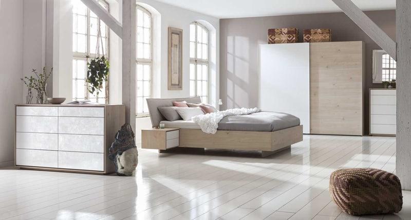 תמונה: מיטה יוקרתית בשילוב שידות